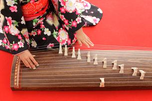 振り袖を着てお琴を弾く女の子の手元の写真素材 [FYI02025837]