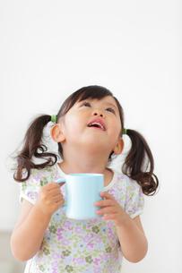 うがいをする女の子の写真素材 [FYI02025839]