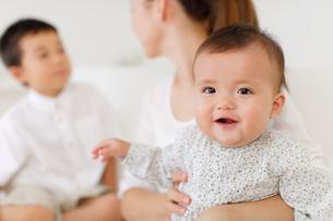 お母さんに抱っこされる赤ちゃんの写真素材 [FYI02025862]