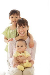 赤ちゃんを抱っこしたお母さんと女の子の写真素材 [FYI02025868]