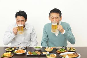 居酒屋で飲む父親と息子の写真素材 [FYI02025874]