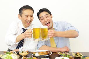 居酒屋で飲む上司と部下の写真素材 [FYI02025898]