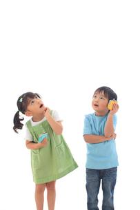 財布を持ち考える子供達の写真素材 [FYI02025971]