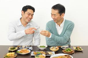 居酒屋で飲む父親と息子の写真素材 [FYI02025981]