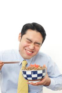 牛丼を食べるサラリーマンの写真素材 [FYI02026010]