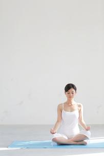 広い空間でヨガをする女性の写真素材 [FYI02026019]