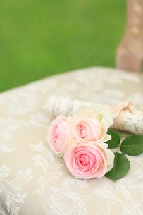 椅子の上の楽譜と小さなバラの花束の写真素材 [FYI02026044]