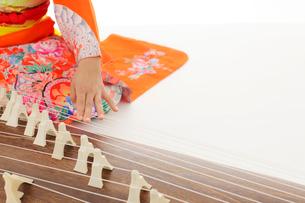 振り袖を着てお琴を弾いている女の子の手元の写真素材 [FYI02026067]