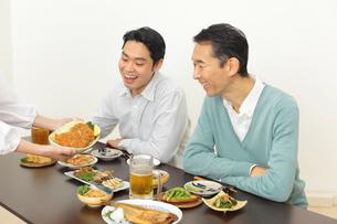 居酒屋で飲む父親と息子の写真素材 [FYI02026086]