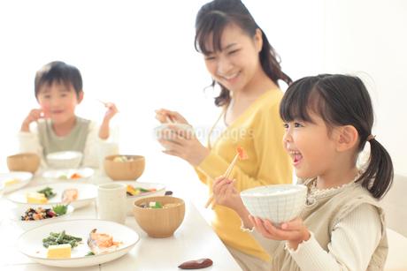 和朝食を食べる家族の写真素材 [FYI02026108]