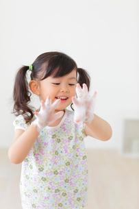 石けんで手を洗う女の子の写真素材 [FYI02026113]