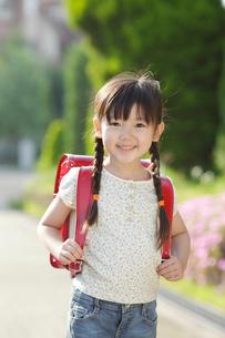 ランドセルを背負い歩く女の子の写真素材 [FYI02026176]