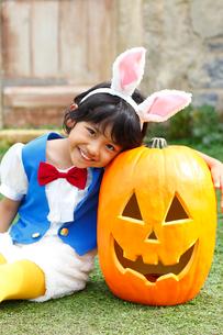 ハロウィンでウサギの仮装をした男の子とカボチャの写真素材 [FYI02026282]