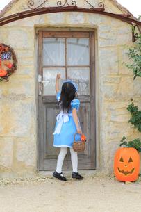 ハロウィンの仮装をして家を訪ねる女の子の写真素材 [FYI02026304]