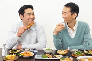 居酒屋で飲む父親と息子の写真素材 [FYI02026326]