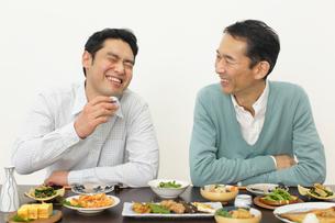 居酒屋で飲む父親と息子の写真素材 [FYI02026351]