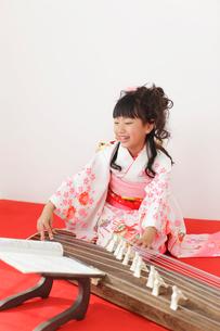 振り袖を着てお琴を弾く女の子の写真素材 [FYI02026365]