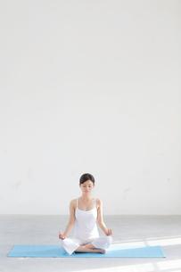 広い空間でヨガをする女性の写真素材 [FYI02026369]