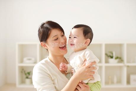 お母さんに抱っこされる赤ちゃんの写真素材 [FYI02026402]