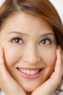 若い女性の顔の写真素材 [FYI02026413]