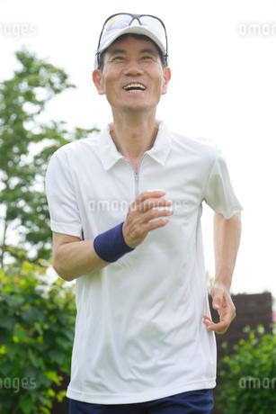 ランニングをするシニア男性の写真素材 [FYI02026434]