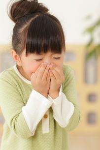 くしゃみをする女の子の写真素材 [FYI02026486]