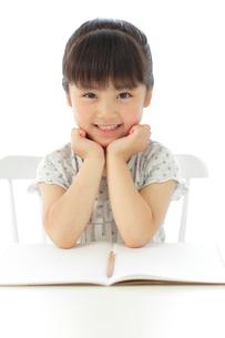 勉強をする女の子の写真素材 [FYI02026495]