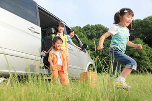 休日にドライブを楽しむ家族の写真素材 [FYI02026497]