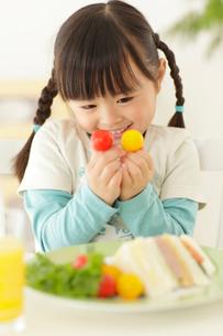 ミニトマトを持つ女の子の写真素材 [FYI02026527]