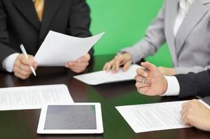 会議中のデスクとビジネスマンの手元の写真素材 [FYI02026531]