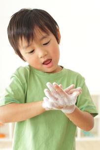 ハンドソープで手洗いをする男の子の写真素材 [FYI02026542]