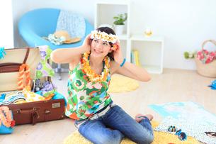 夏の旅行の準備をする若い女性の写真素材 [FYI02026554]