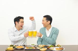 居酒屋で飲む父親と息子の写真素材 [FYI02026596]