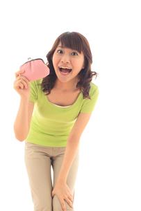 財布を持つ女性のポートレートの写真素材 [FYI02026615]