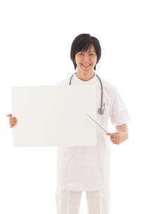 ホワイトボードを持つ若い男性医師の写真素材 [FYI02026649]