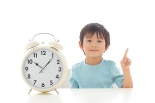 時計と男の子のポートレートの写真素材 [FYI02026661]
