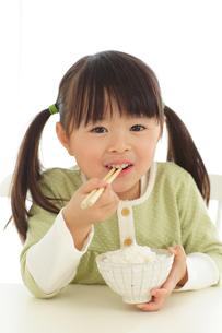 ご飯を食べる女の子の写真素材 [FYI02026675]