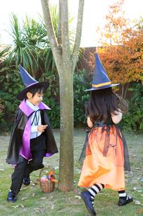 ハロウィンの仮装をして走り回る子ども達の写真素材 [FYI02026678]