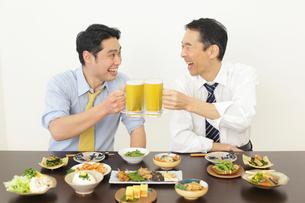 居酒屋で飲む上司と部下の写真素材 [FYI02026697]