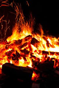 真っ赤な炎に包まれ燃え上がる薪の写真素材 [FYI02026700]