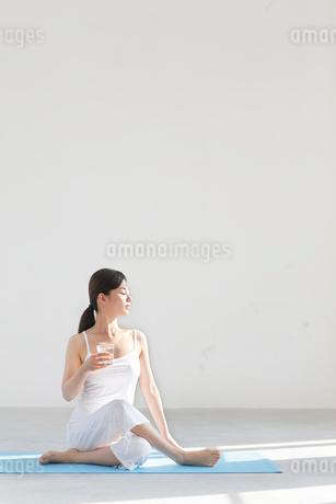広い空間でヨガをする女性の写真素材 [FYI02026739]