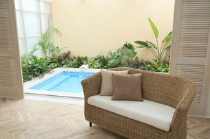 植物に囲まれた贅沢なバスルームの写真素材 [FYI02026822]