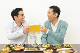 居酒屋で飲む父親と息子の写真素材 [FYI02026824]