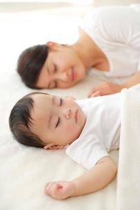 眠る赤ちゃんとお母さんの写真素材 [FYI02026832]