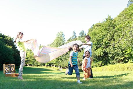 ピクニックを楽しむ家族の写真素材 [FYI02026886]