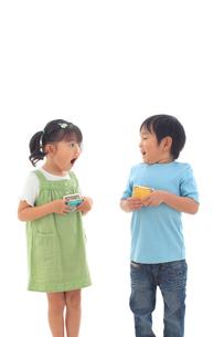 財布を持ち驚く子供達の写真素材 [FYI02026888]