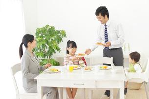 共働きの家族の朝食の写真素材 [FYI02026889]