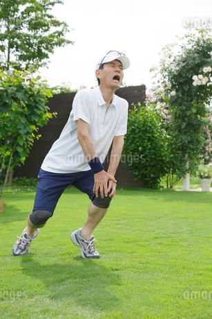 運動中に膝を痛めるシニア男性の写真素材 [FYI02026909]