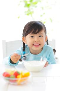 ヨーグルトを食べる女の子の写真素材 [FYI02026937]