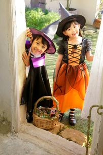 ハロウィンの仮装をして家を訪ねる子ども達の写真素材 [FYI02027013]